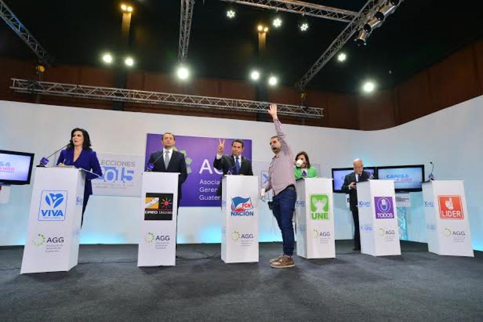 Los productores indican el momento en que deben regresar a sus sitios para el debate. (Foto: Wilder López/Soy502)