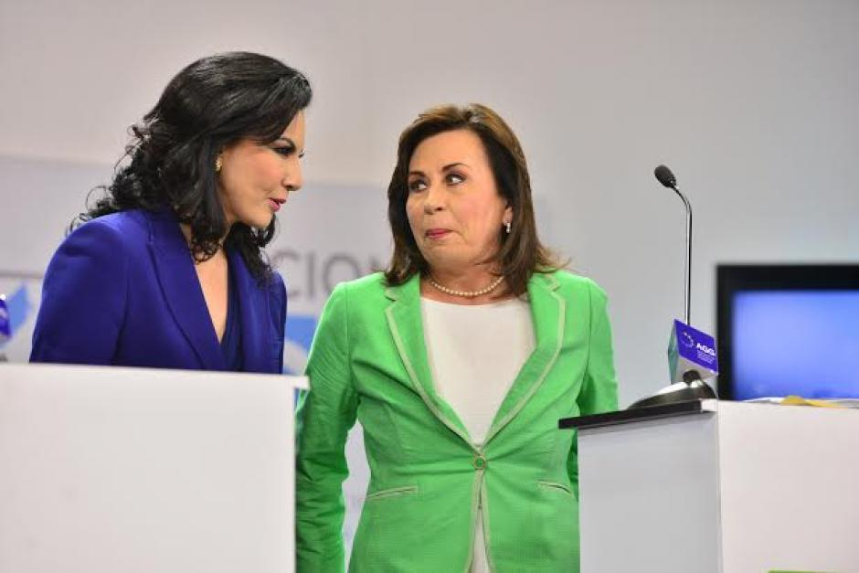 Durante los cortes a comerciales Zury Ríos y Sandra Torres conversan y se arreglan el vestuario. (Foto: Wilder López/Soy502)