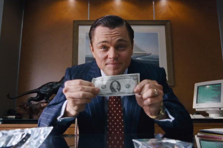 """Leonardo Di Caprio portagoniza en """"El lobo de Wall Street"""" a un multimillonario que despilfarra todo el dinero que gana en la Bolsa. (Foto: YouTube)"""