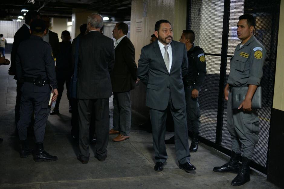 El exministro de Gobernación, Mauricio López Bonilla, espera su ingreso a la audiencia de este jueves. (Foto: Wilder López/Soy502)