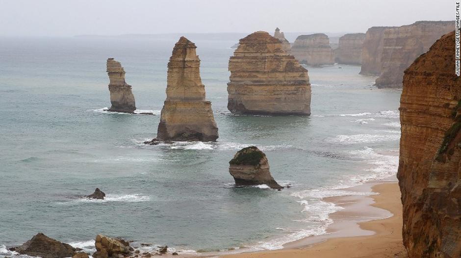 Los Doce Apóstoles es un complejo de rocas erosionadas por el viento y el agua en las playas de Victoria en Australia. Este complejo atrae unos dos millones de visitantes anualmente.