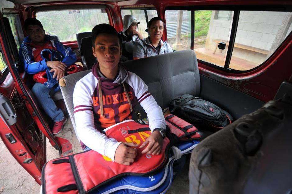 Los instructores Dany y Rudy Coy viajan desde Cobán a Tipulcan para dar la clase de taekwondo a 63 niñas. (foto: Byron de la Cruz/Soy502)