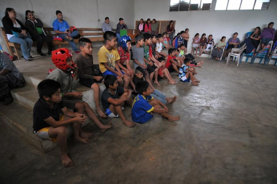 Los niños, quienes también reciben clase de taekwondo, observan atentos los movimientos de las niñas en Tipulcán. (Foto: Byron de la Cruz/Soy502)
