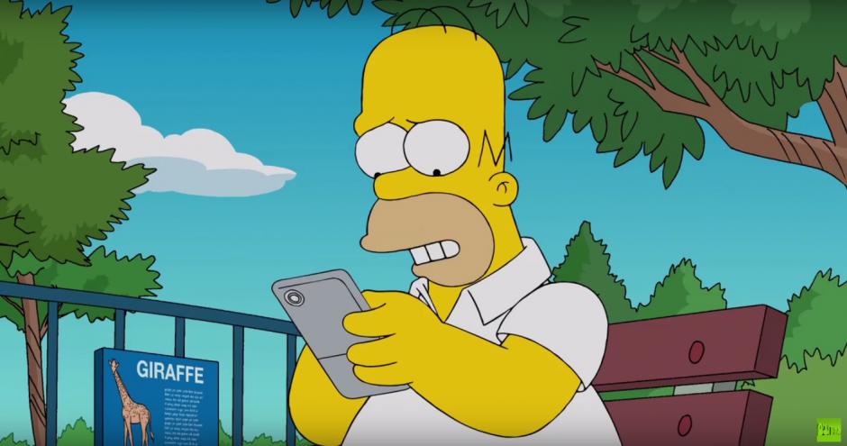 Homero se entretiene buscando pokémones. (Imagen: Captura de Pantalla)