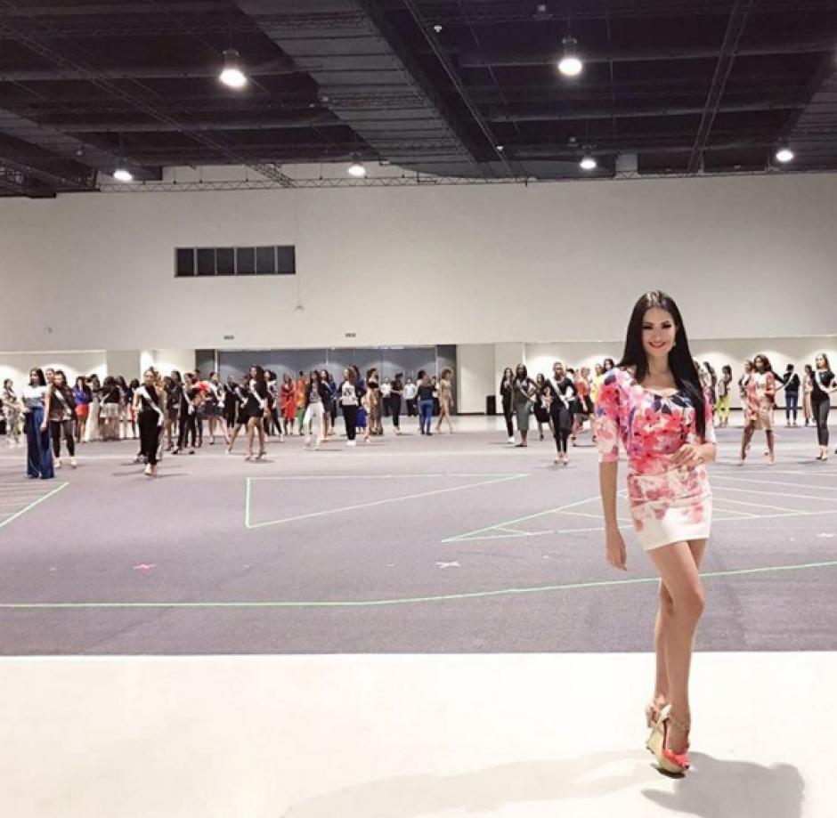Lourdes Figueroa comparte con las candidatas mientras conduce evento para Latinoamérica. (Foto: Instagram)