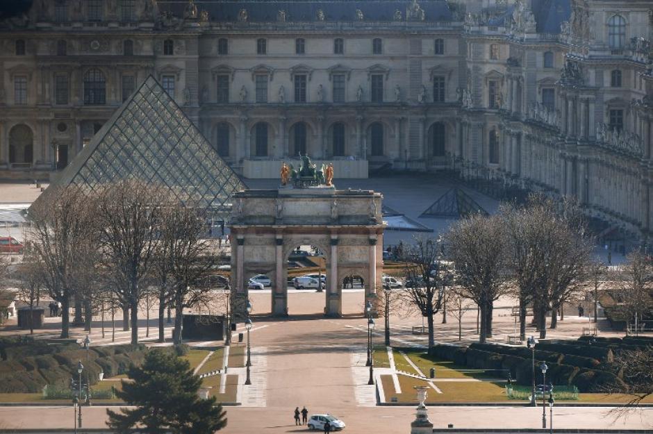 Un hombre armado con un machete atacó a unos soldados en el Louvre, París. (Foto: AFP)