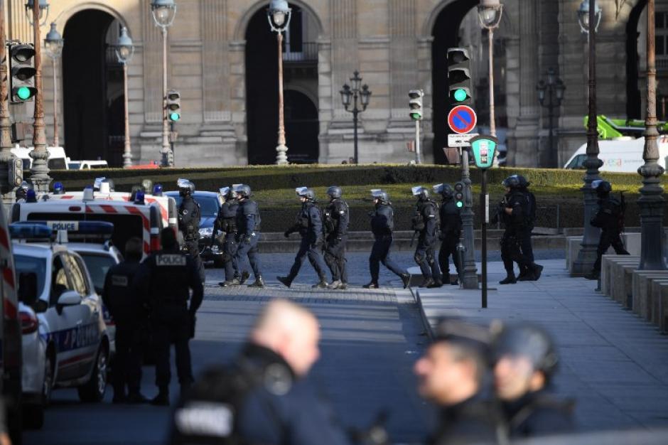 Las personas fueron evacuadas del famoso museo y el atacante fue abatido por las autoridades. (Foto: AFP)