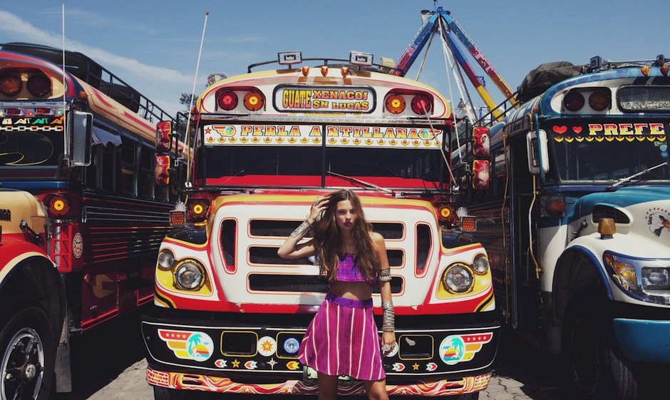 """¡Antigua, Antigua! Los coloridos """"chicken bus"""" le ponen un toque divertido a las imágenes. (Foto: For love and lemons)"""