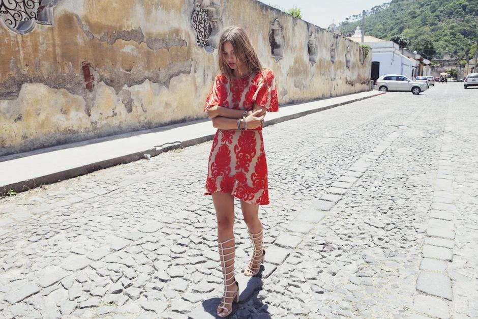 Este elegante vestido rojo combina muy bien con las calles empedradas. (Foto: For love and lemons)