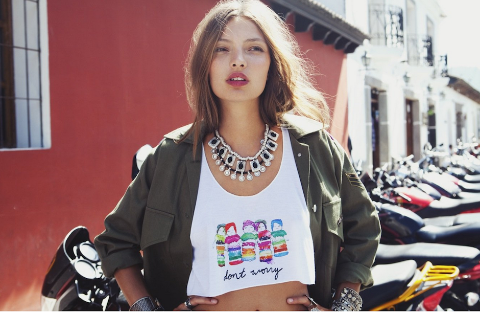 "Las muñequitas ""quitapenas"" son protagonistas en esta camiseta. (Foto: For love and lemons)"