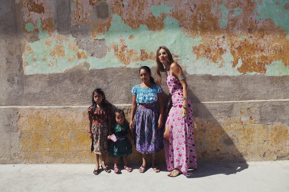 Niñas guatemaltecas posan junto a la modelo. (Foto: For love and lemons)
