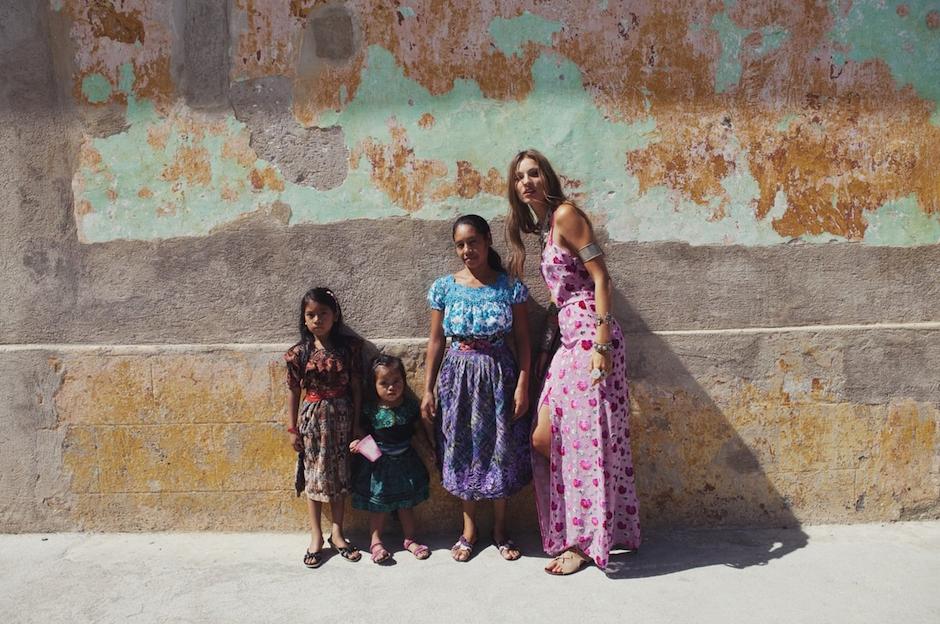 Niñas guatemaltecas posan junto a la modelo. (Foto: For love and lemons)