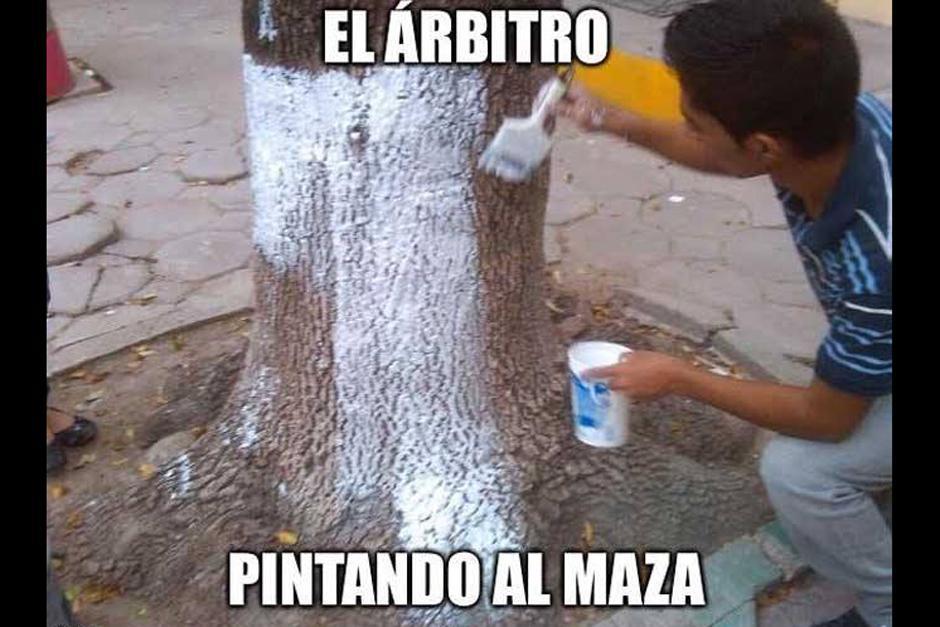 """Un """"meme"""" sobre el error del árbitro, quien echó de su spray sobre el Maza Rodríguez. (Foto: laprensagrafica.com)"""