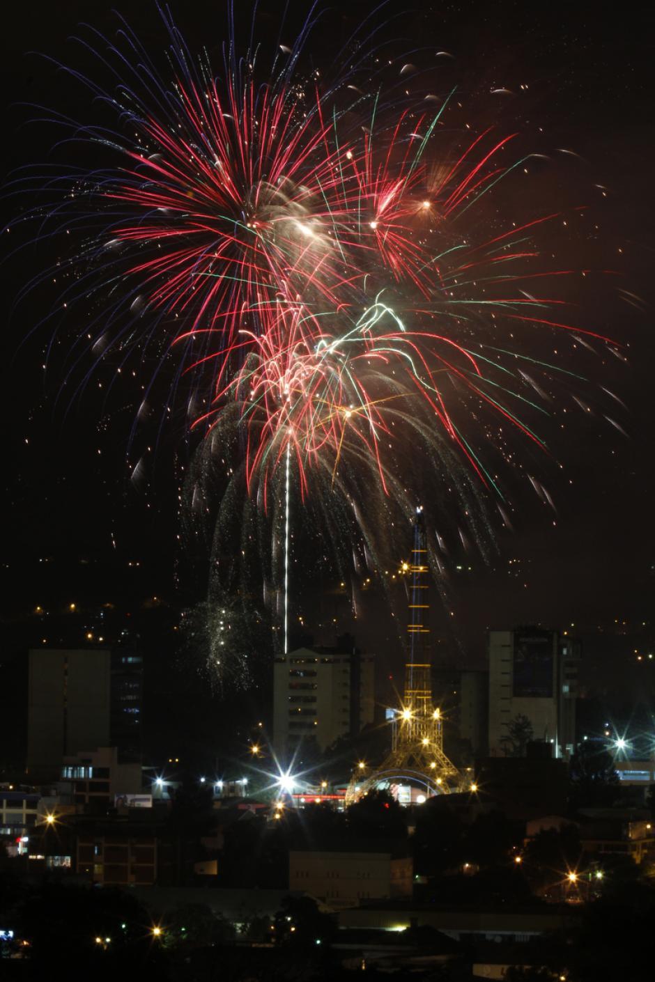 Una lluvia de luces cayó sobre los hogares de miles de guatemaltecos y sobre los lugares más emblemáticos de la ciudad, como la Torre del Reformador. (Deccio Serrano/Soy502 y Nuestro Diario).