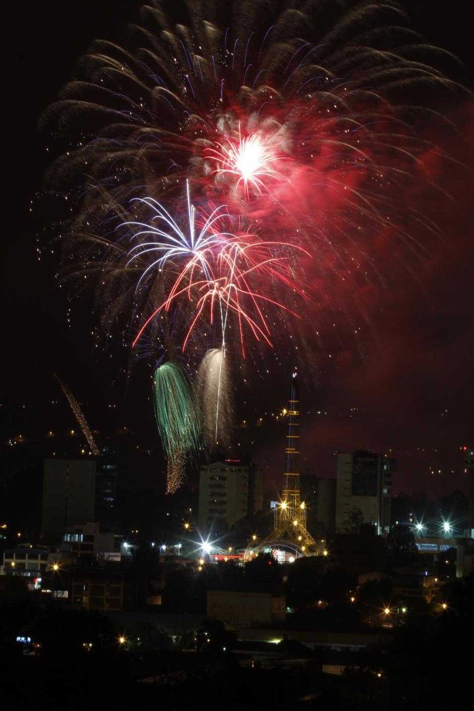 Las explosiones de luces compitieron con los focos de la ciudad y con las estrellas. (Deccio Serrano/Soy502 y Nuestro Diario).