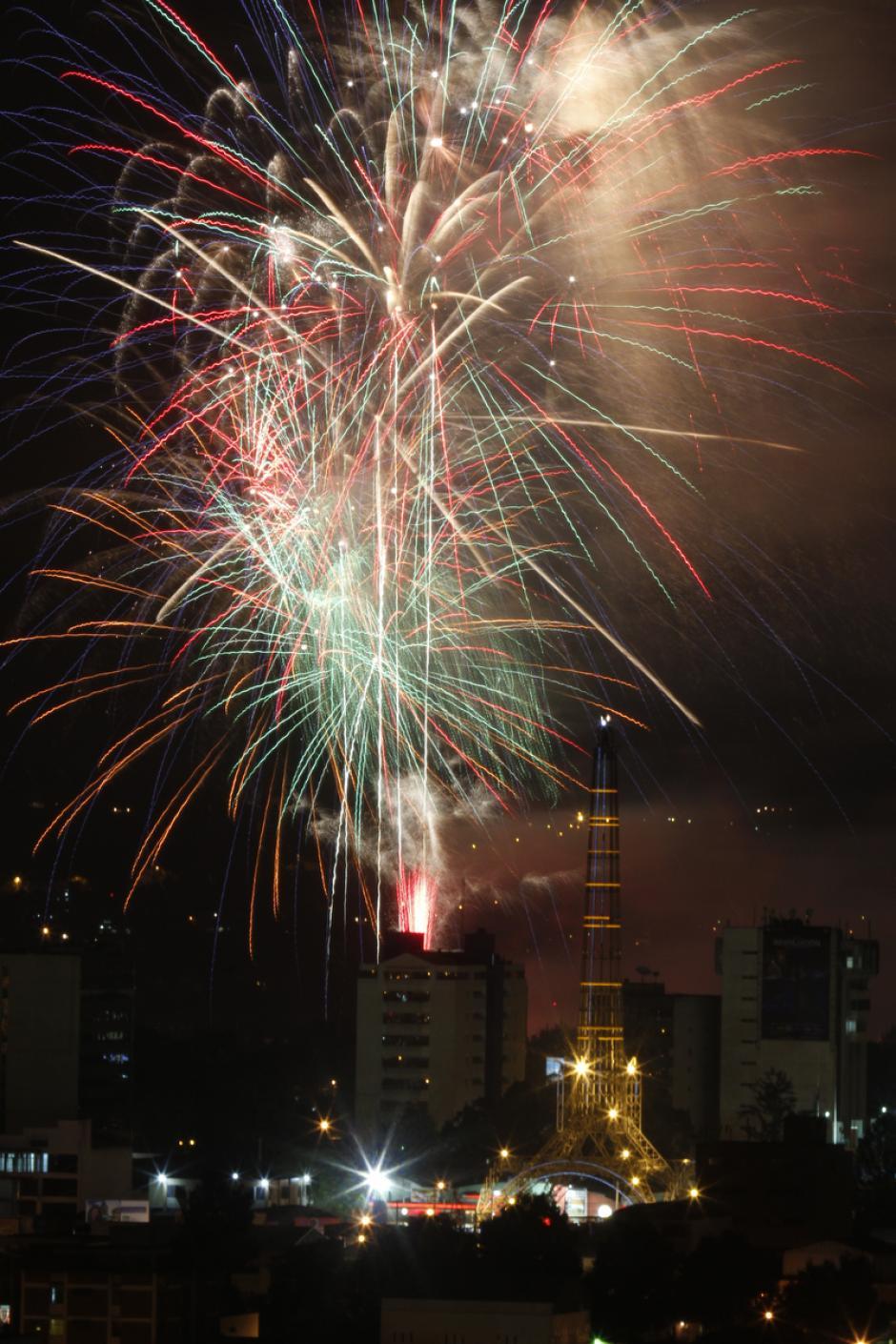 """Rojo, verde, dorado. Los colores de la Navidad iluminaron a los guatemaltecos en la """"Noche de los Deseos"""". (Deccio Serrano/Soy502 y Nuestro Diario)."""