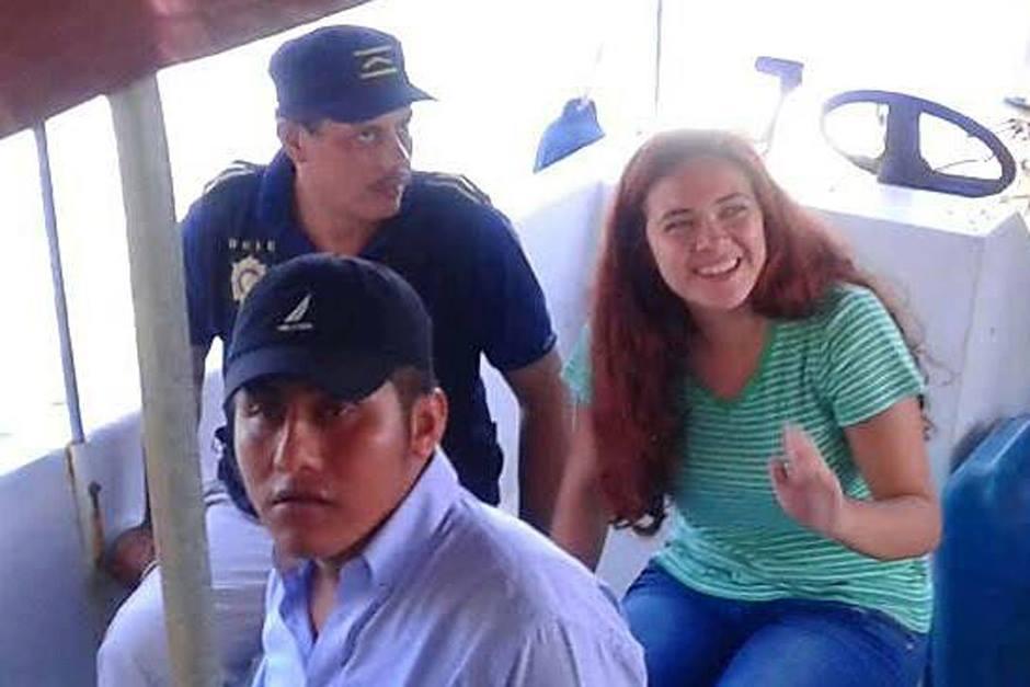 Imagen del momento en que Lucía Samayoa era trasladada por agentes de la PNC el viernes 7 de octubre de 2016. (Foto: Archivo)