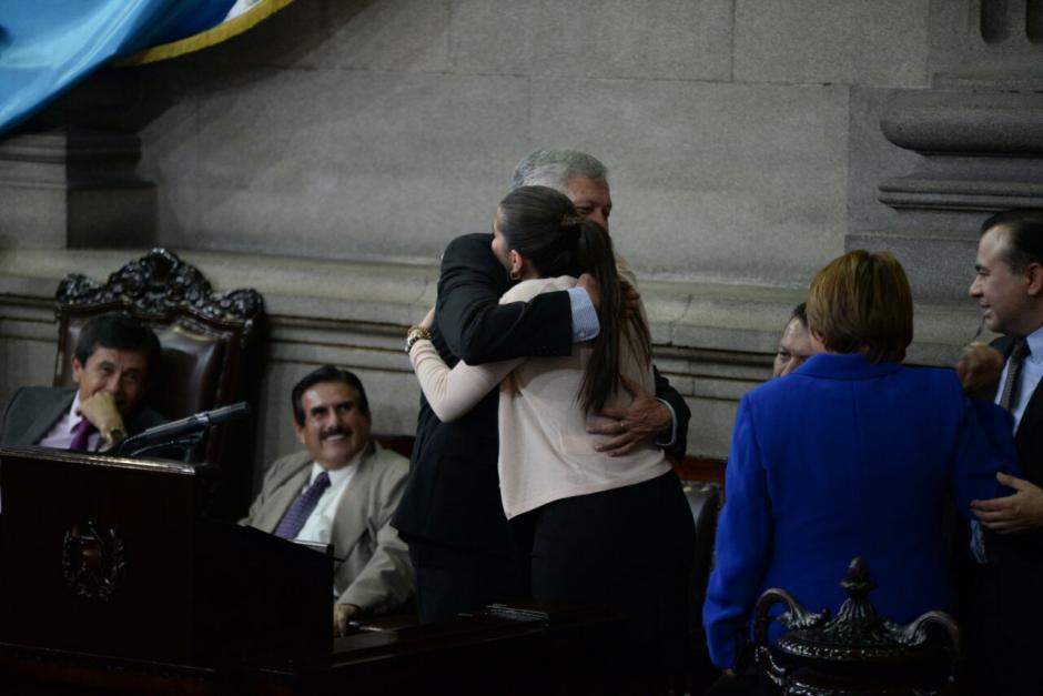 Varios legisladores repartieron abrazos en el hemiciclo. (Foto: Wilder López/Soy502)