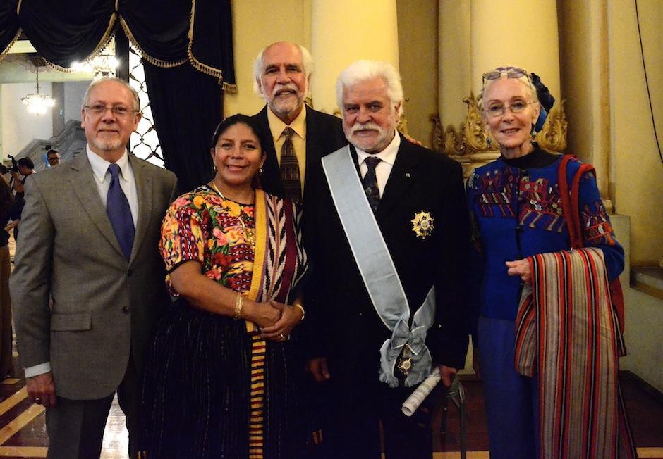 Luis Díaz junto a sus compañeros y amigos artistas. (Foto: Selene Mejía/Soy502)