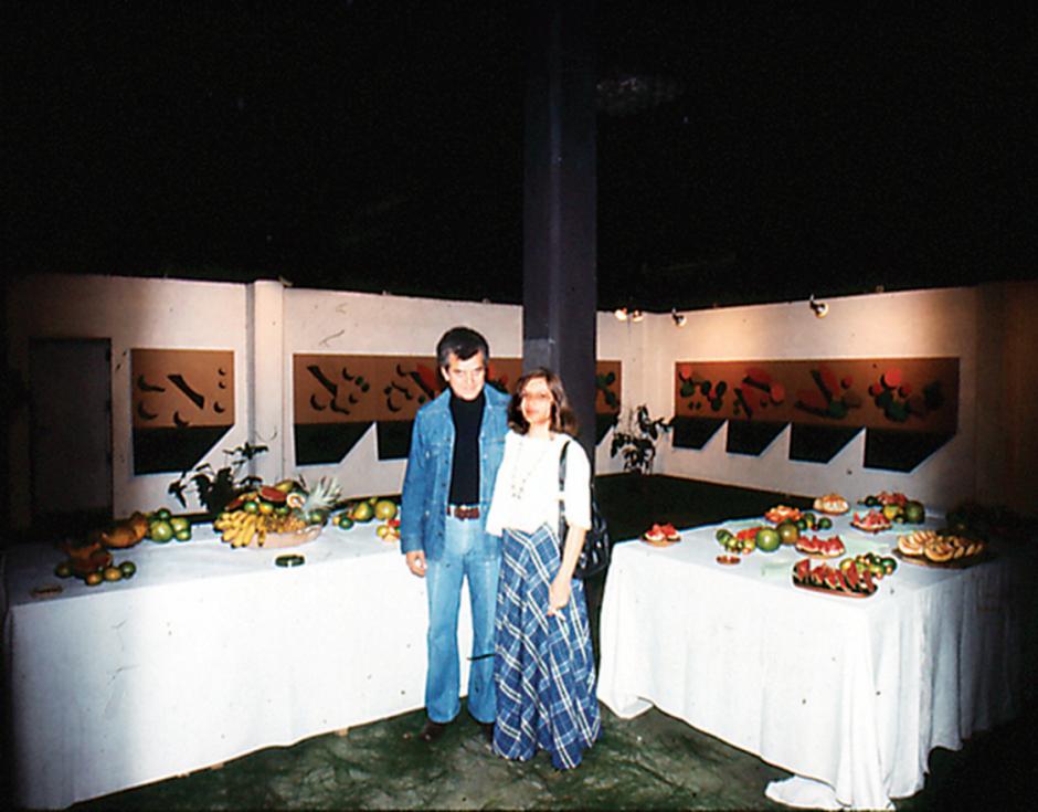 Luis Díaz junto a su esposa Maritza de Díaz durante una exposición en 1976. (Foto: Luis Díaz exclusivo para Soy502)
