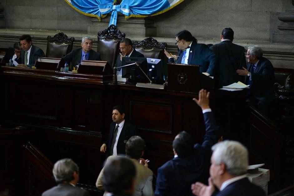 Los diputados atienden a la lectura de la agenda en la sesión plenaria de este jueves.(Foto: Wilder López/Soy502)