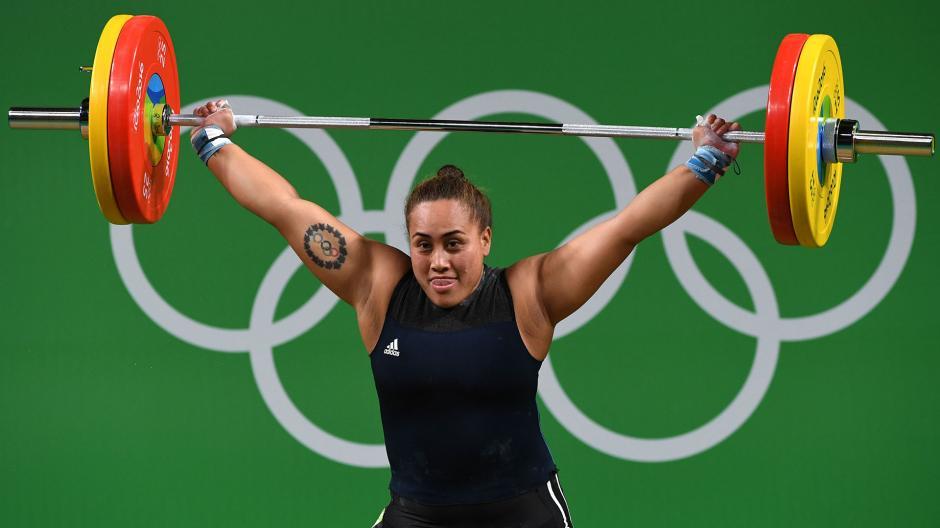 La pesista Luisa Peters y su enorme tatuaje. (Foto: AFP)