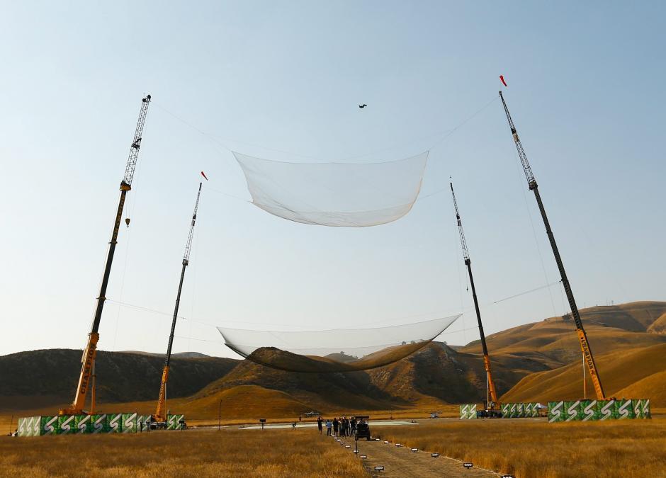 El estadounidense Luke Aikins se ha convertido en la primera persona en saltar 25 mil pies (7,620 metros) sin paracaídas. (Foto: EFE)
