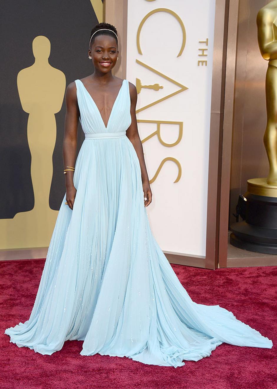Lupita Nyong'o está nominada al premio de mejor actriz y decidió utilizar un vestido de Prada. (Foto: E!)