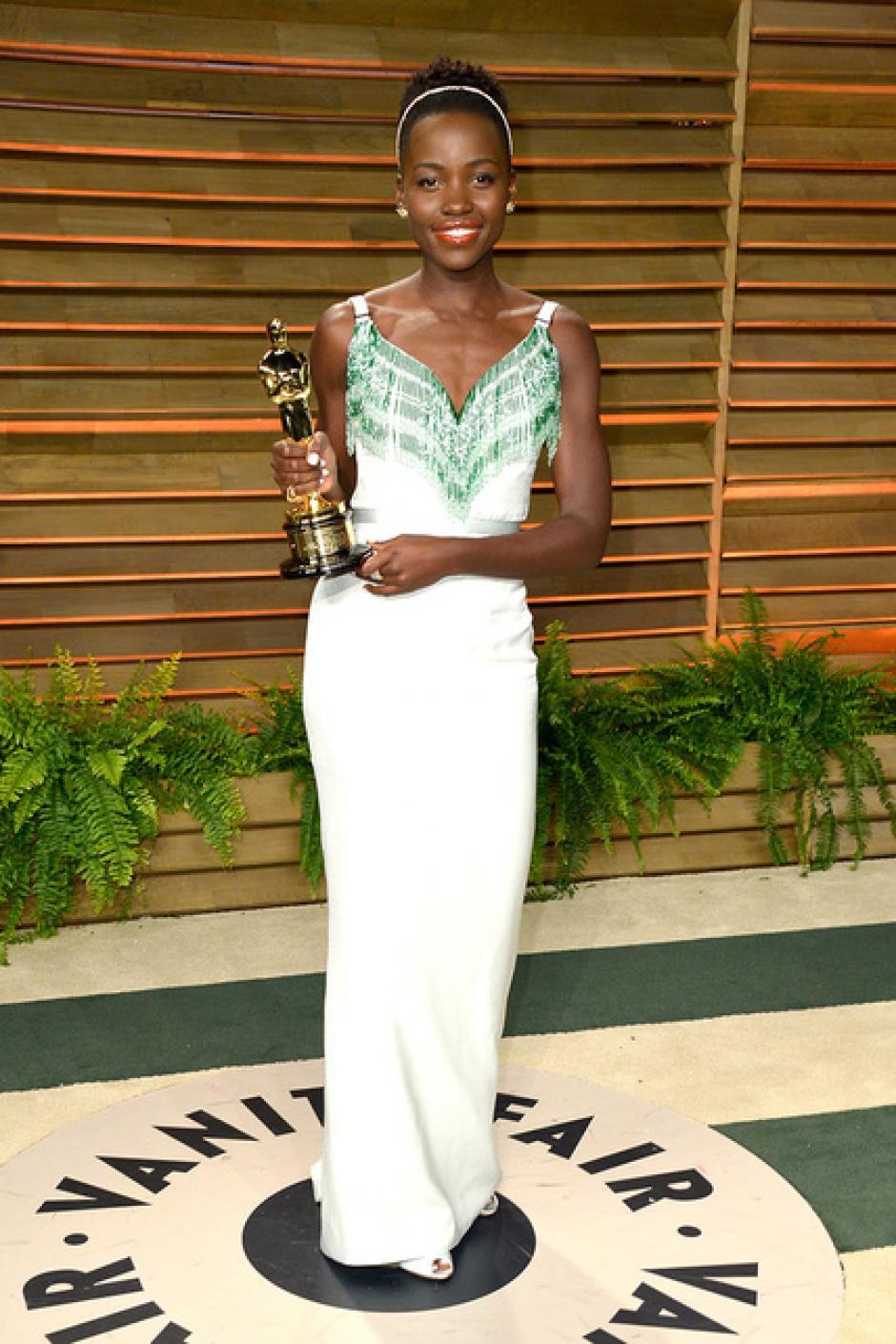 Lupita Nyong'o lucía hermosa de blanco, con detalles verde esmeralda, en la fiesta de la revista Vanity Fair. (Foto: SModa)