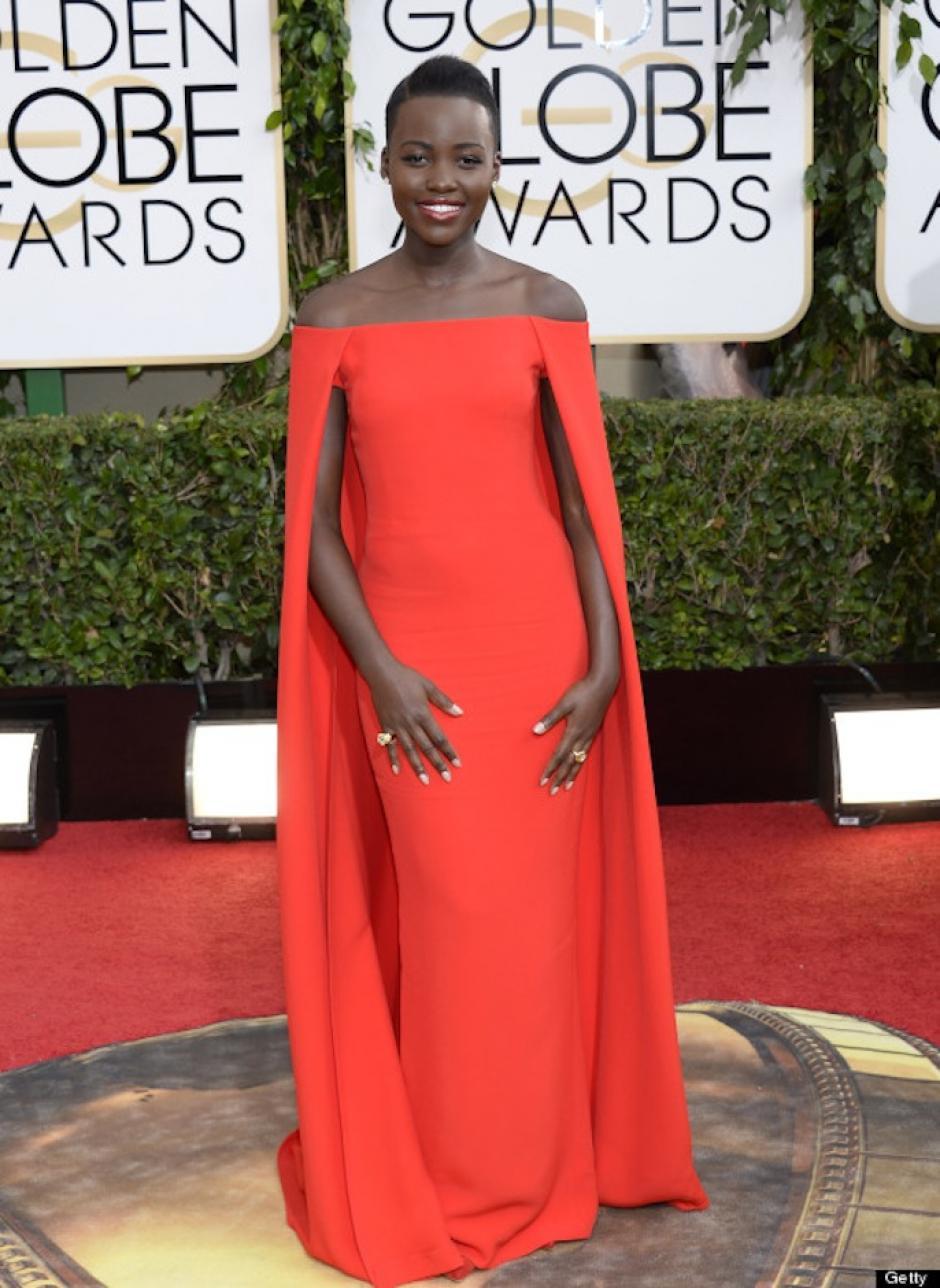 Lupita Nyong'o lució exquisita con este sencillo pero glamoroso vestido de Ralph Lauren que resaltó su tono de piel. (Foto: Huffingtonpost)