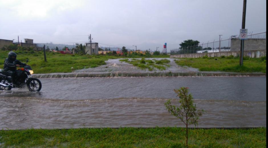 Frente al Condado El Carmen, en la zona 4 de Villa Nueva también se reportaron inundaciones. (Foto: Twitter/@gudielgerson)