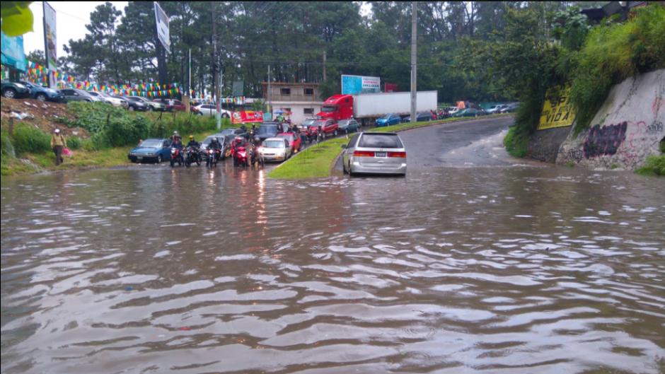 El paso vehicular fue interrumpido debido a una inundación en la colonia Prados de Villa Hermosa en San Miguel Petapa. (Foto: Twitter/@gudielgerson)