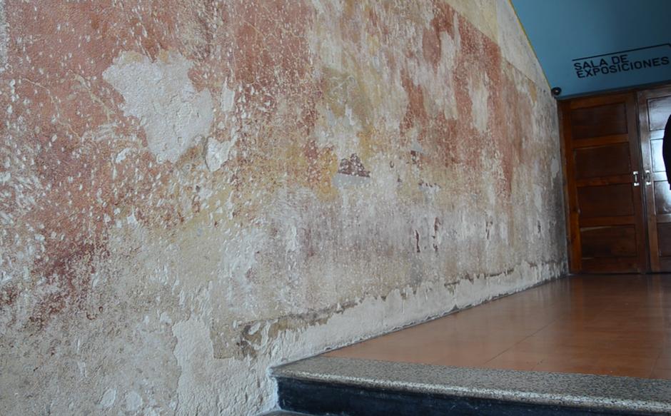 Esta pared cuenta la historia del edificio, diversas capas de pintura han pasado por aquí. (Foto: Esteban Biba/Soy502)