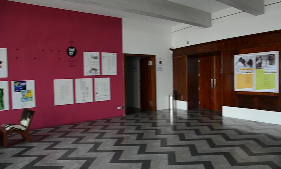 El color de las paredes del edificio invitan a disfrutar del show. (Foto: Esteban BIba/Soy502)