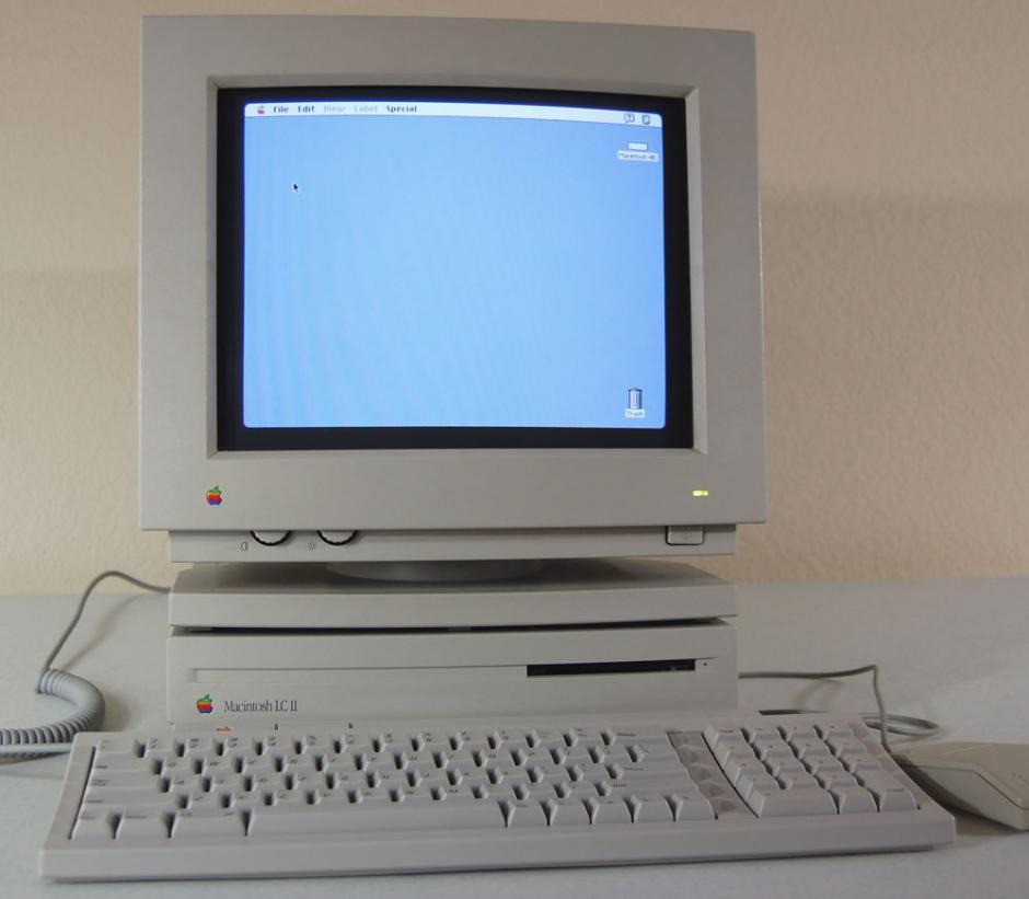 Mac LC II. Similar a la Macintosh LC II original pero de menor tamaño y sin dos espacios para disquete.