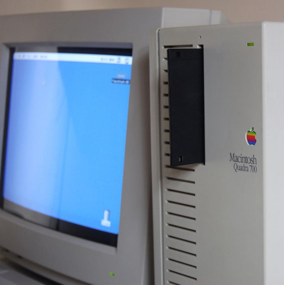 Mac Quadra 700. Es el cambio de horizontal a vertical. Tenía soporte para varios monitores.