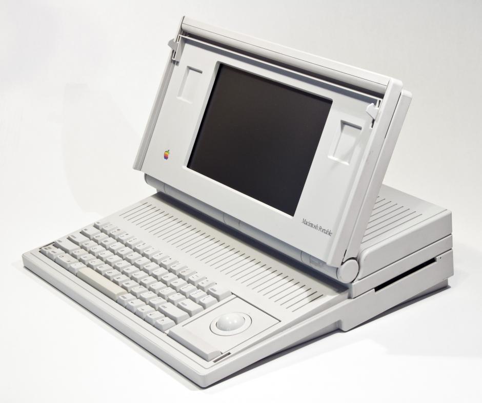 Mac Portable. Fue la primera computadora personal con batería. Lanzada en 1989 y tenía el ratón integrado.