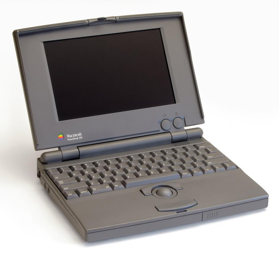 Powerbook 100. Fue la computadora pórtatil más vendida de Apple hasta esa fecha. PC World la nombró la décima computadora personal más importante de todos los tiempos.