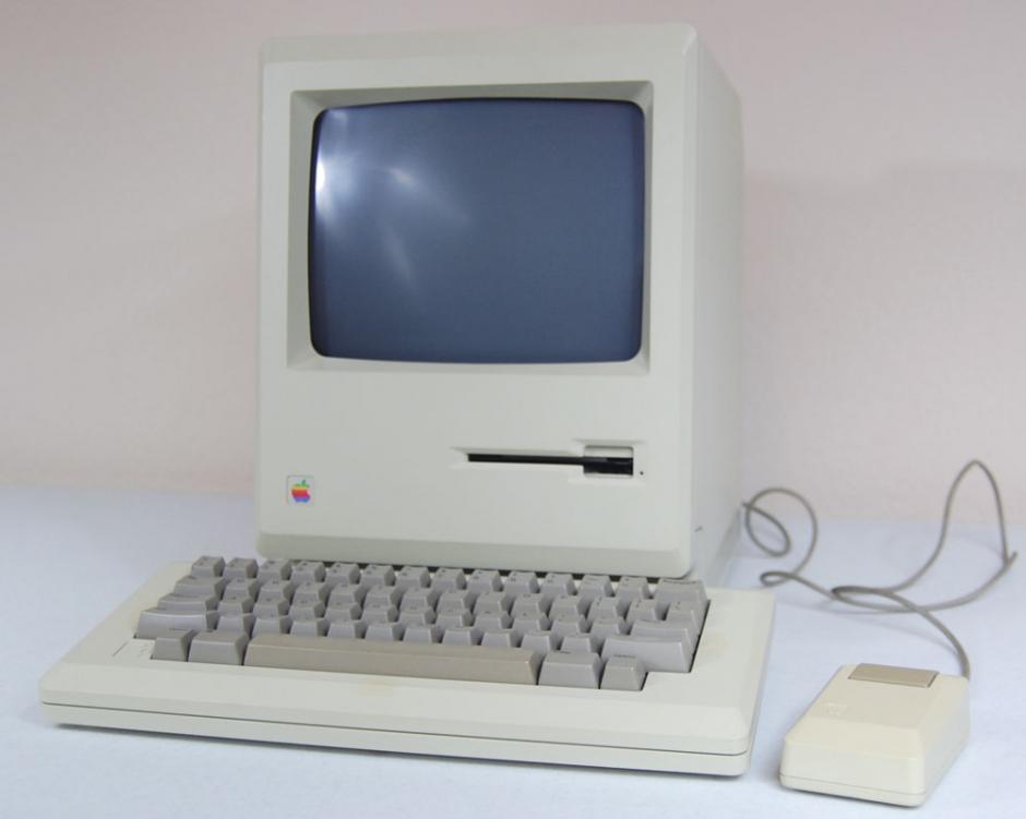 Macintosh 512k. Era idéntica a la primera Macintosh pero con una ampliación de memoria RAM a 512kb.