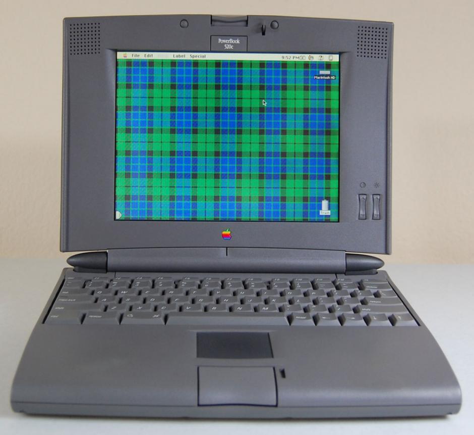 Powerbook 500 series. Fueron las primeras computadoras en usar un trackpad y no trackball, además ya tenían la entrada del cable de Ethernet.