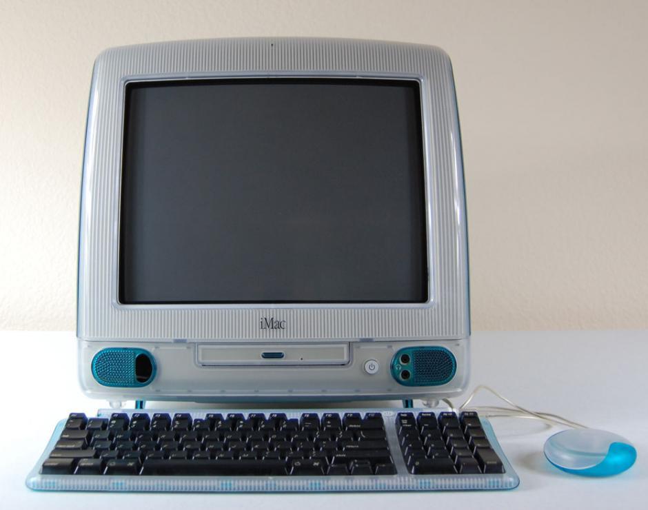 Imac. Apple intenta renovar el mercado y presenta una computadora con cuerpo único y colores. Desaparecieron los puertos estándar y empezaron a crear puertos solo para su marca. Incluía una unidad para CD.