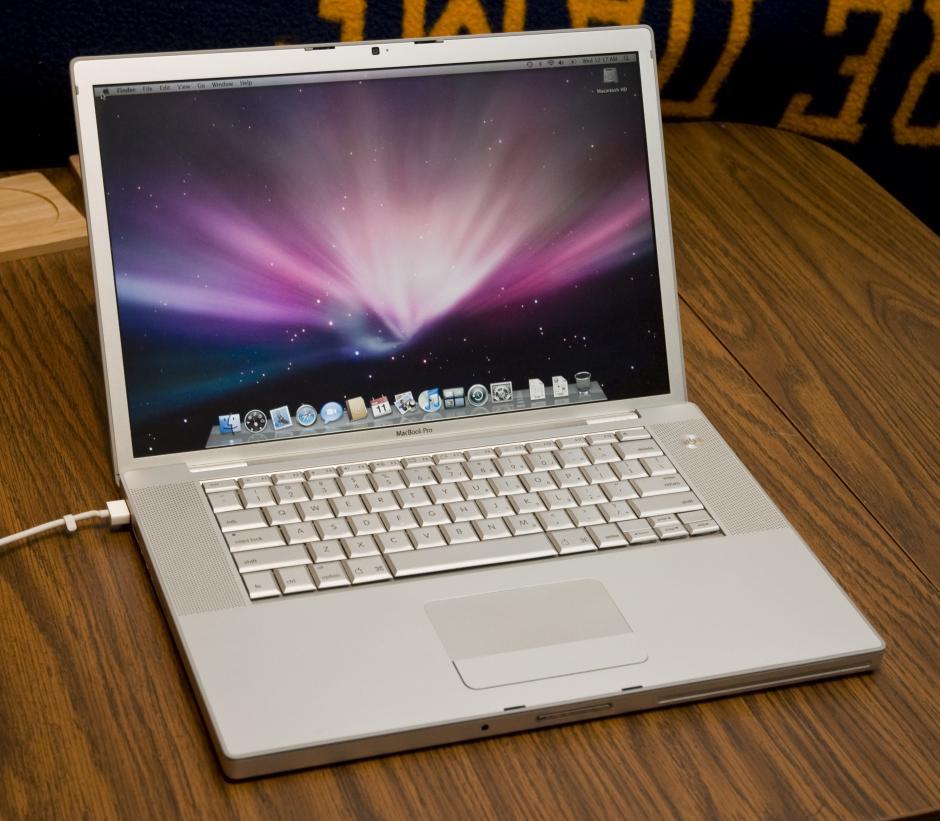 En el 2006 todo vuelve a cambiar. Se descontinúan las línea de Imac, Ibook y Powerbook para dar paso a la Macbook Pro, Mac Pro y a MacBook.