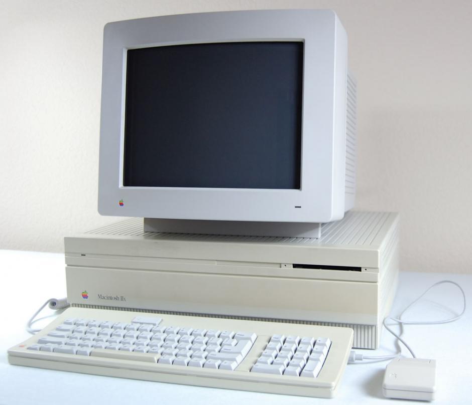 Mac II. Fue la primera computadora personal en soportar un monitor a color.