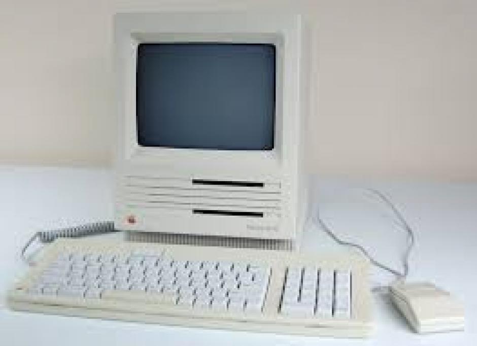 Mac SE. Tenía un disco duro más grande, desde 20MB hasta 40MB, y dos espacios para disquetes.