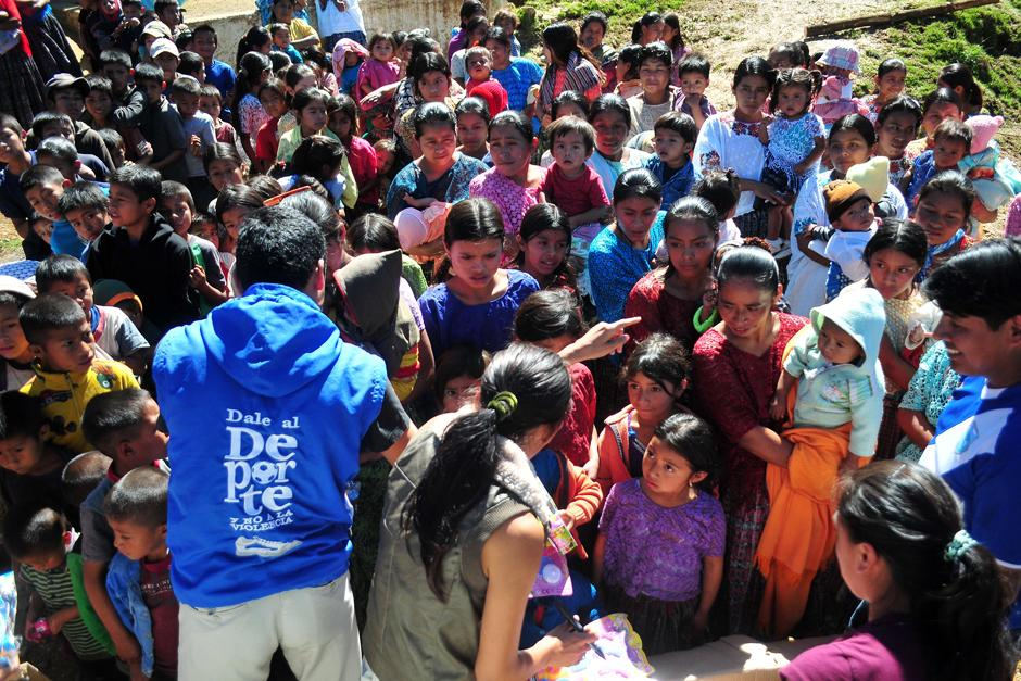 Erick Barrondo y Mirna Ortiz visitaron la comunidad Navidad y llevaron juguetes, ropa y víveres. (Foto: Byron de la Cruz/Nuestro Diario)