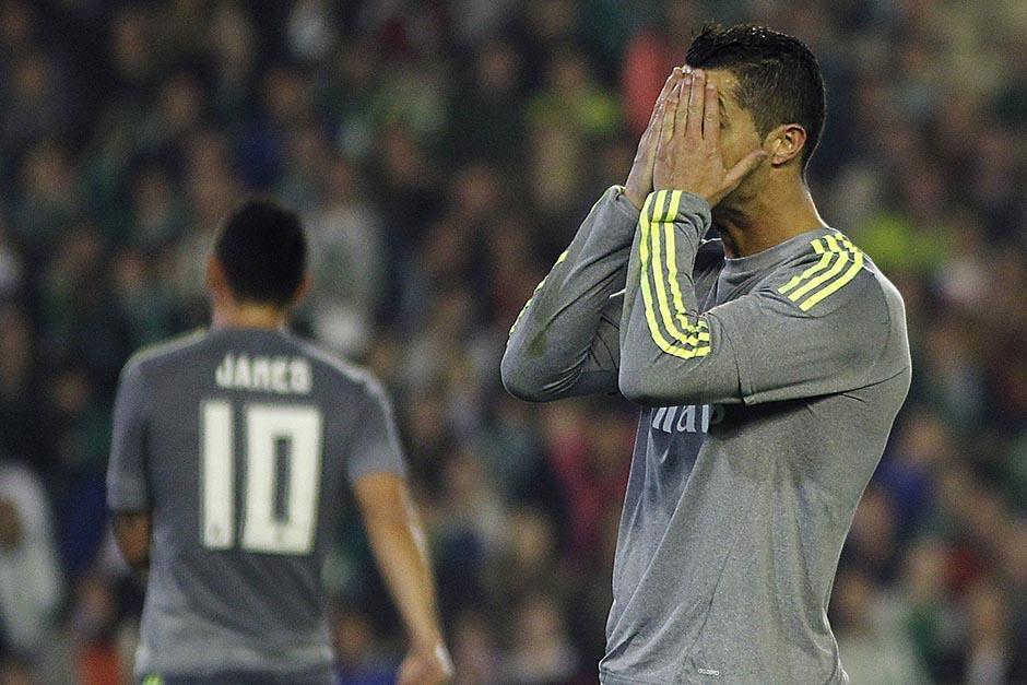 Cristiano Ronaldo se lamenta; el Madrid empató de visita y quedó a cuatro puntos del líder Barcelona. (Foto: EFE)