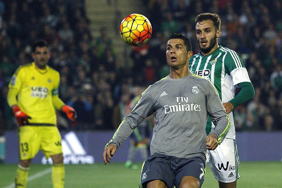 CR7 fue bien marcado por los defensores del Betis. El portugués sigue tercero en la tabla de goleadores de la Liga, con 16 tantos. (Foto: EFE)