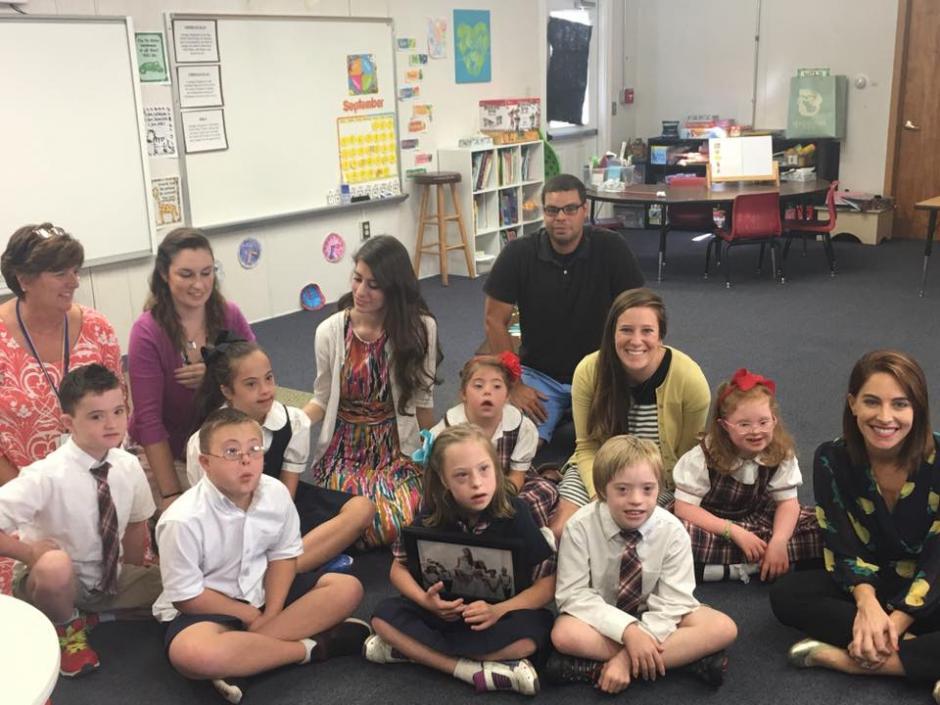 La pareja junto a los lindos alumnos de Kinsey. (Foto: Christina Mora WLKY)