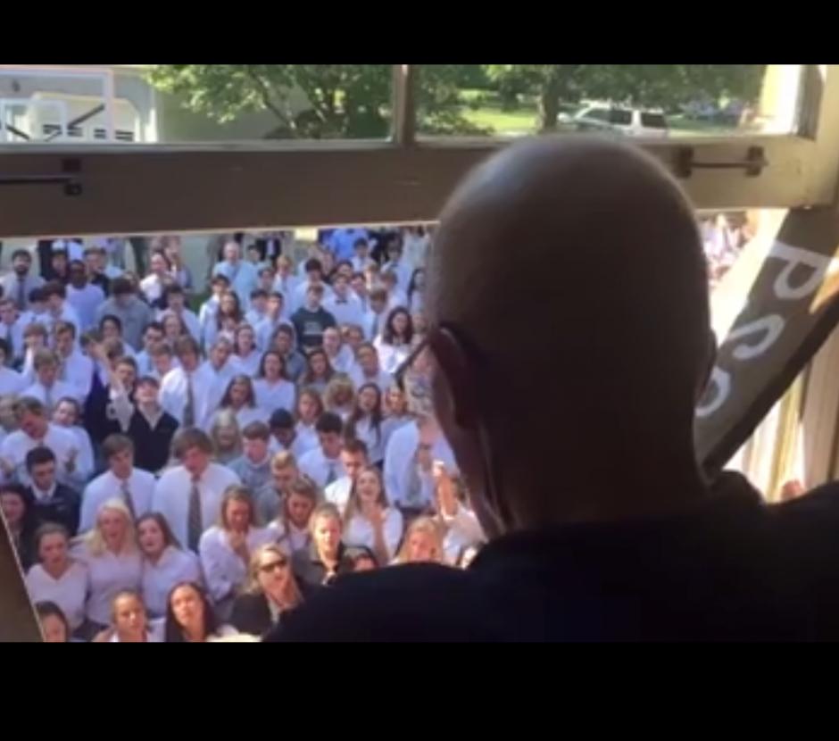 Al menos 400 alumnos dejaron sus clases para cantar alabanzas a un maestro que padece cáncer. (Foto: Captura de Facebook)