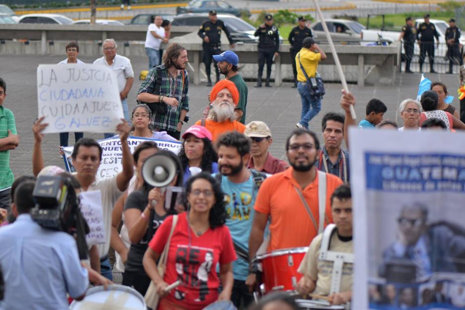 El maestro de yoga se mezcló en la multitud y apoyó al juez. (Foto: Wilder López/Soy502)